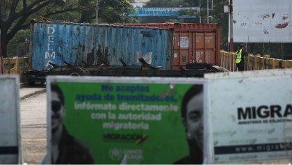 Venezolanos rompen cerco y cruzan puente fronterizo con Colombia