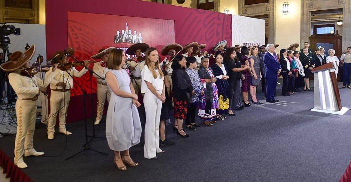 """""""Amor eterno"""" sonó en la conferencia de AMLO pa' celebrar a las mamás"""