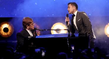 Mira a Elton John cantando
