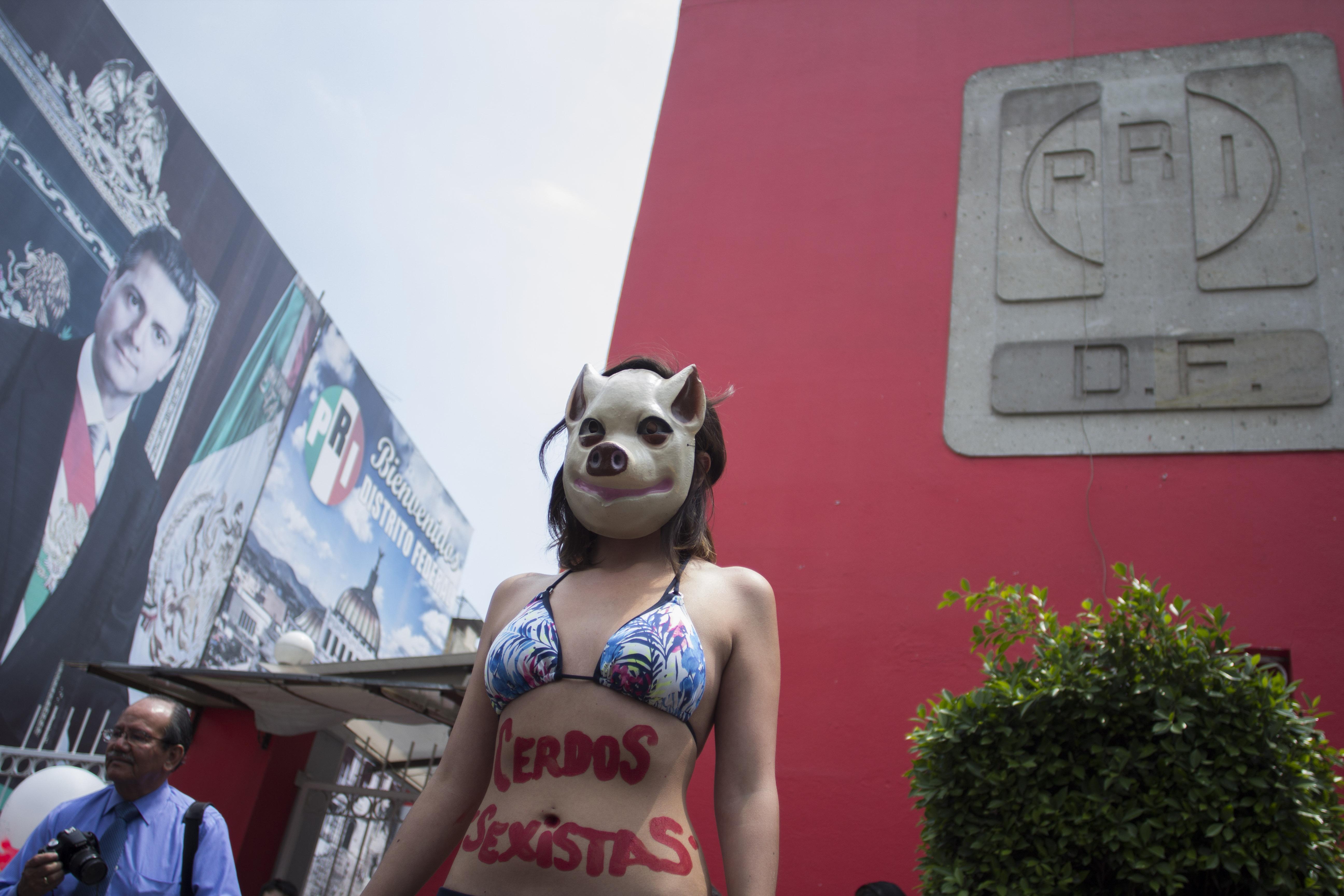 MÉXICO, D.F., 03ABRIL2014.- Un grupo de jóvenes, se manifestaron en el edificio del Partido Revolucionario Institucional en el D.F. ante la red de prostitución que dio a conocer Carmen Aristegui en su noticiero sobre Cuauhtémoc Gutiérrez de la Torre, dirigente del PRI-DF.