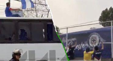 Aficionados del América apedrearon camiones de Cruz Azul y le rompieron los vidrios