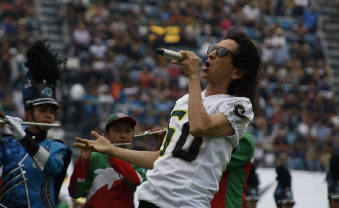Alex Lora cantando el himno nacional en el Tazón México