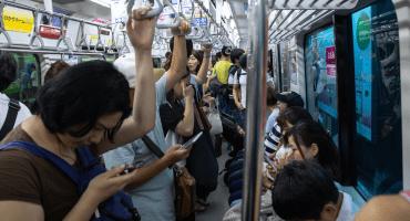 Aplicación contra 'arrimones' gana popularidad en el Metro de Tokio