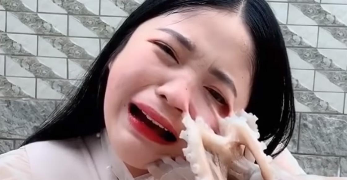 ¡Ándele! Mujer intenta comer pulpo vivo para ser famosa y este se defiende