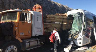 Fuerte choque de camiones en la carretera de Durango a Mazatlán deja 5 muertos y al menos 20 heridos