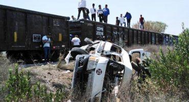 Una combi en Huehuetoca intentó ganarle el paso a un tren y fue arrollada