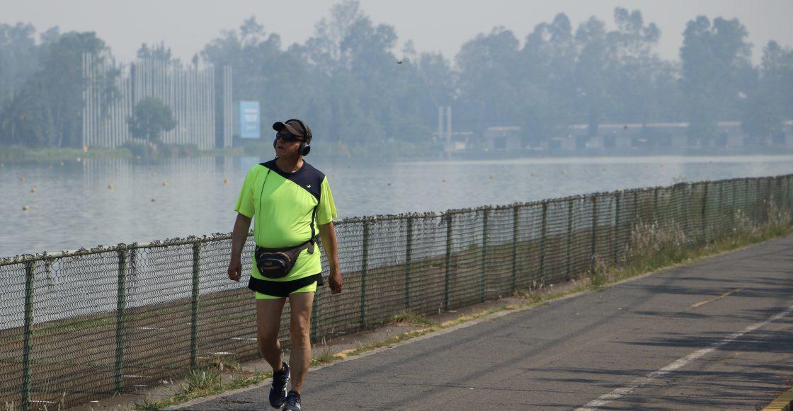 Un hombre corre por la pista de cabotaje, esto pese ha las recomendaciones por parte de la autoridades, quienes sugieren no realizar actividades cívicas o deportivas, debido a la fase uno de contingencia que se tiene en la ciudad.