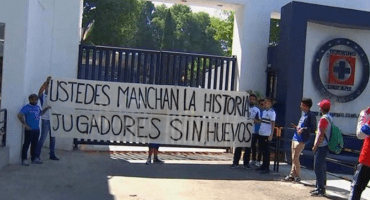 ¡El efecto Ame! Cerca de 20 aficionados de Cruz Azul protestan y encaran al 'Cata' Domínguez