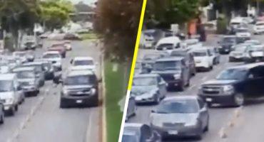 Por evitar tráfico, escolta de candidato de Morena invade carril exclusivo y atropella a una persona 😡