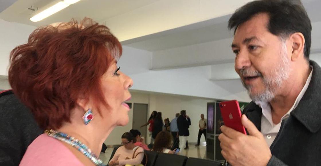 """Fernández Noroña discute con una señora en el aeropuerto por llamarlo """"pejezombie""""; la apodan #LadyPeje"""