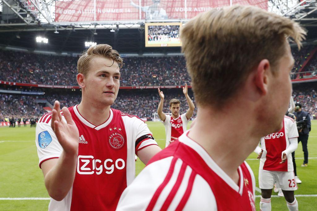 Cientos de aficionados del Ajax le dieron el 'último adiós a Frankie De Jong