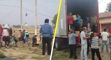 Habitantes del Edomex ayudan a conductor de tráiler volcado a recoger su mercancía
