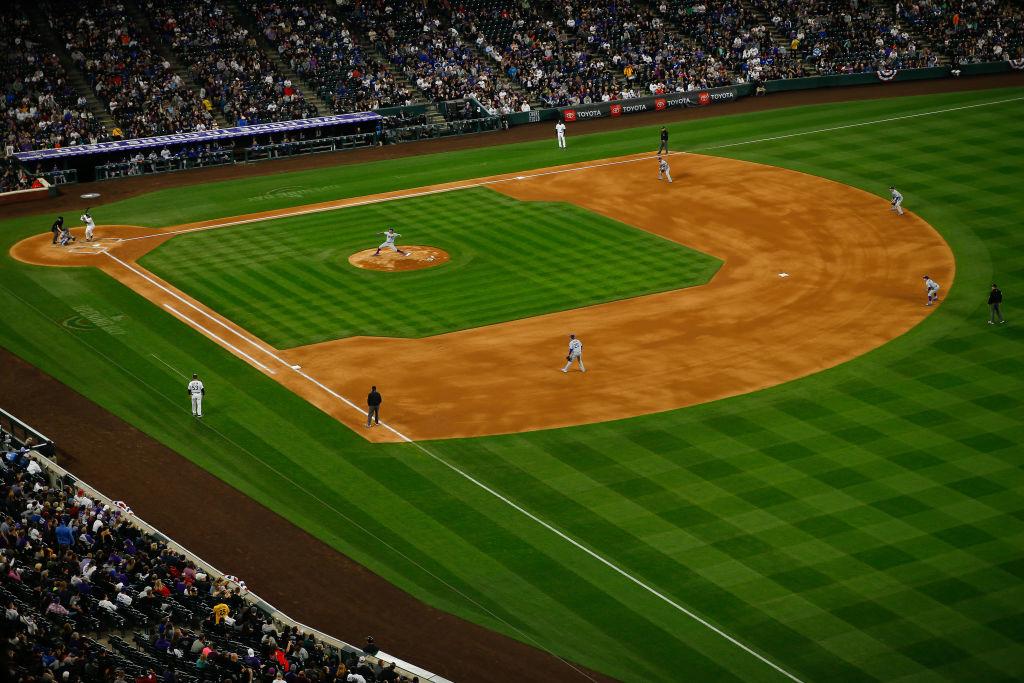 MLB da de baja administrativa al mexicano Julio Úrias por violencia doméstica