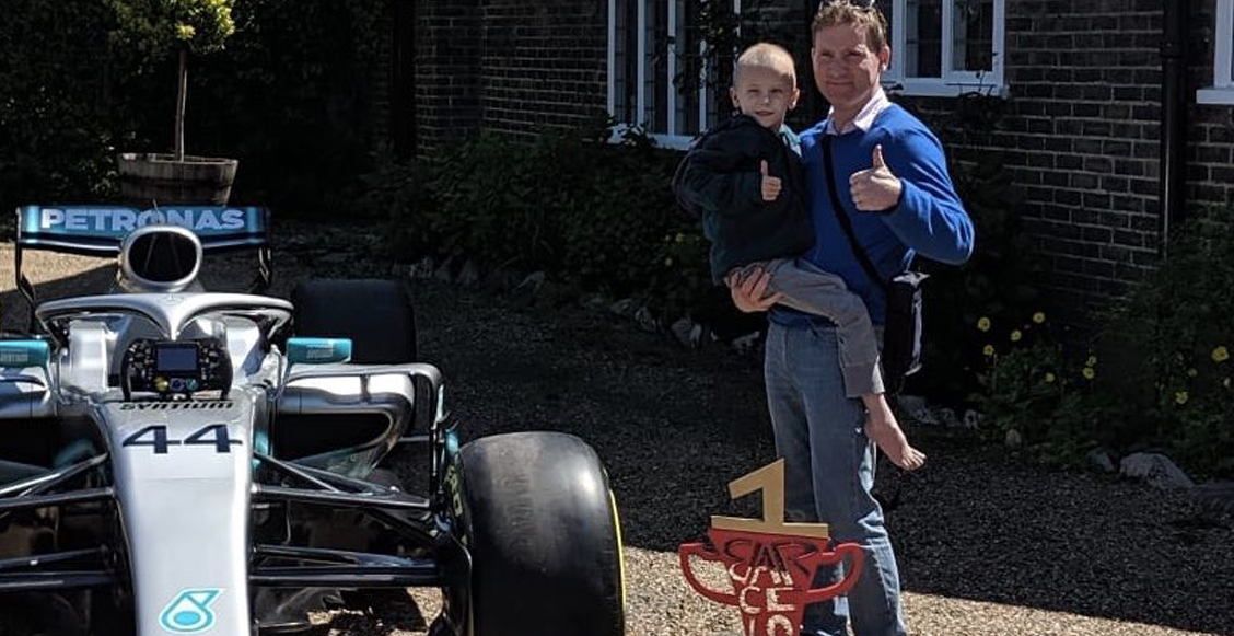 El emotivo gesto de Lewis Hamilton con un niño enfermo de cáncer