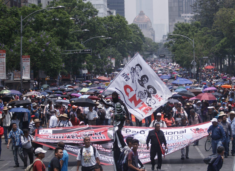 CIUDAD DE MÉXICO, 15MAYO2019.- Pese a la contingencia ambiental, maestros de la CNTE marcharon de metro San Cosme al zócalo de la ciudad, en conmemoración por el Día del Maestro.