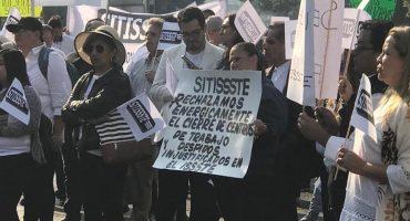Trabajadores del ISSSTE protestan por despidos injustificados