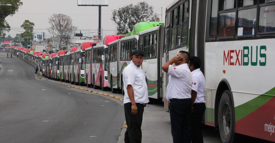 ECATEPEC, ESTADO DE MÉXICO, 13MAYO2015.- Vecinos de la colonia Pajaritos impidieron el paso al Mexibús en la estación Cuauhtémoc Norte, ya que exigían la resolución de un problema eléctrico en la colonia. El acto impidió el paso a los autobuses y vehículos de la zona lo que suscitó un caos total hasta que personal de la Comisión Federal de Electricidad arribó.
