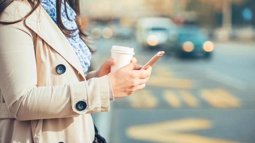Nueva York podría multar a los peatones que usen el celular al cruzar la calle