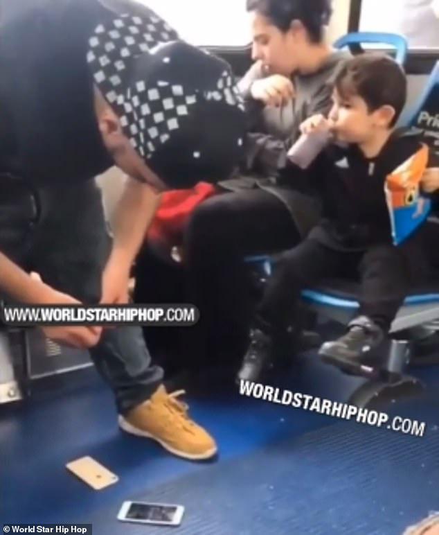 Captan a un pequeño intentando desesperadamente despertar a sus padres que están drogados