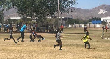 El papá del año: Empuja la silla de ruedas de su hijo para que pueda jugar futbol 😭