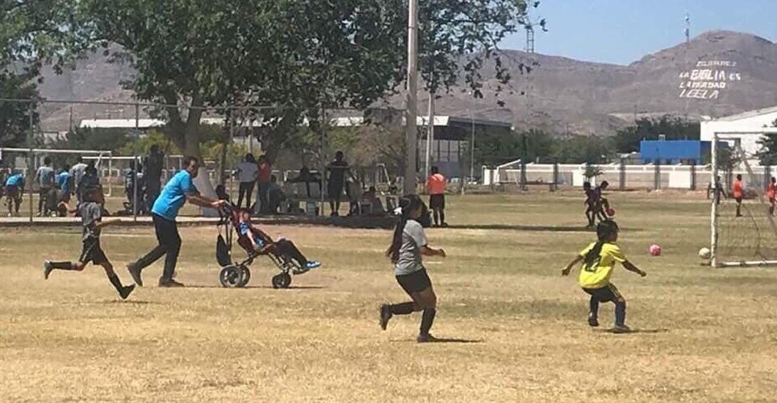 El papá del año: Empuja la silla de ruedas de su hijo para que pueda jugar futbol con sus amigos