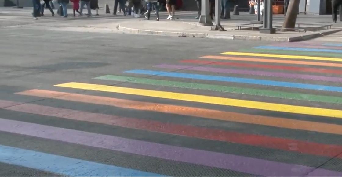 Pintan paseo peatonal de la CDMX con los colores de la bandera gay