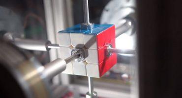 ¡Mira a este robot resolver un cubo Rubik en menos de medio segundo!