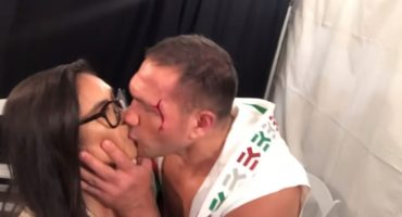 6 meses de castigo contra el boxeador que besó a reportera 'a la fuerza'