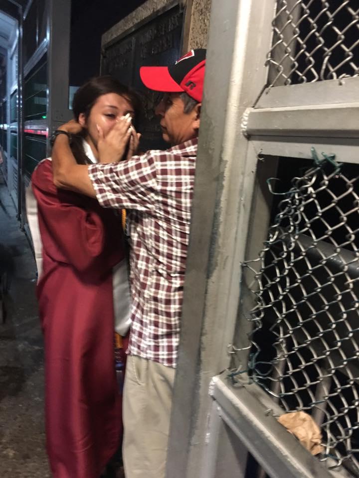 Estudiante de EU cruza la frontera vestida con su toga para abrazar a su papá que fue deportado