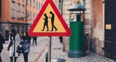 Nueva York podría multar a los peatones que usen el celular al cruzar la calle 👮