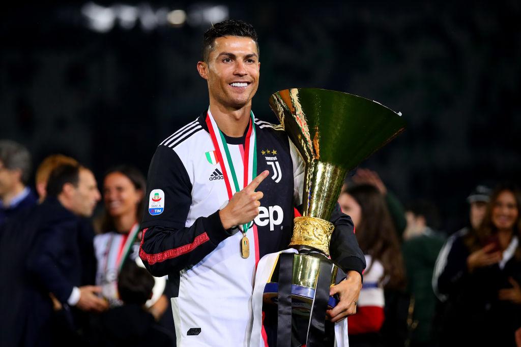 Cristiano Ronaldo golpeó a su hijo y pareja con el trofeo de la Serie A 😂