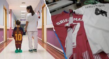 Hospital convierte batas de niños en camisetas de futbol para 'mejorar su ánimo'