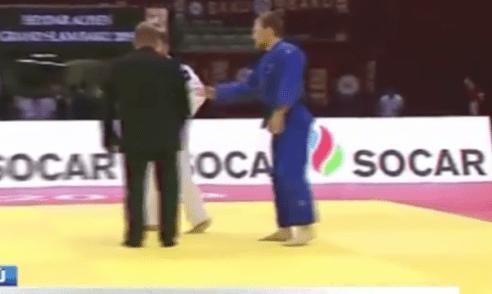 Pero son necios: A judoka se le cayó el celular en plena pelea y lo descalificaron