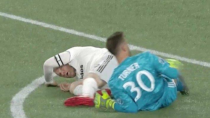 La 'patada voladora' que le acomodaron a Rooney y ameritó tarjeta roja
