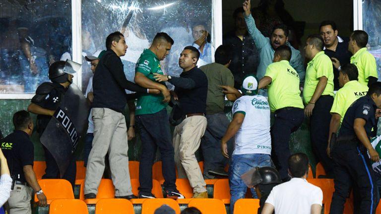 Aficionados del León se agarraron a golpes entre ellos finalizando el juego con Xolos