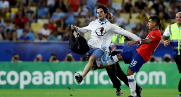 Gonzalo Jara pateó a un aficionado en el Chile vs Uruguay