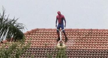 ¿Spider-Man: Homecleaning? Nuestro amigable vecino ahora se dedica a... ¡pulir techos!