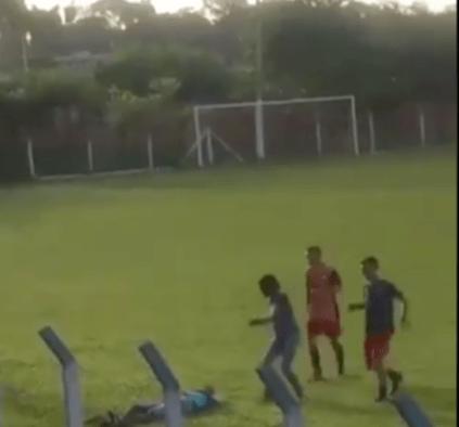 Árbitro noqueó de un puñetazo a un aficionado que se metió al campo a insultarlo