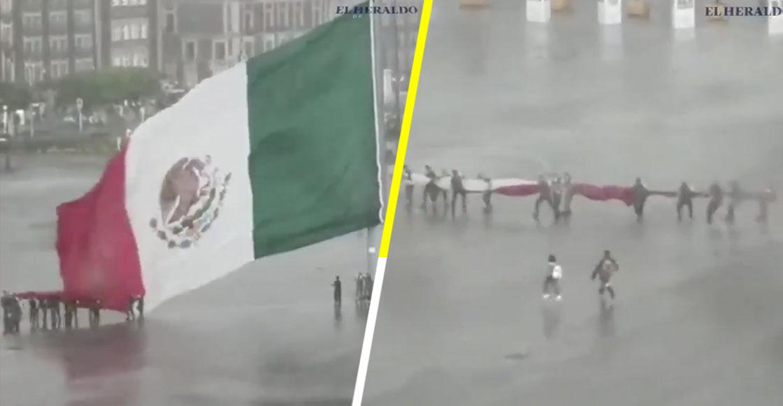Captan el momento en el que varias personas ayudan a militares a bajar la bandera durante una fuerte lluvia en CDMX
