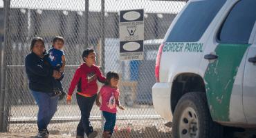 En Texas, protestan ante crisis en los centros de detención de niños migrantes