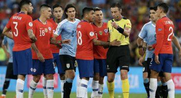 Lo que sabemos de la posible sanción a Gonzalo Jara por patear a un espontáneo en la Copa América