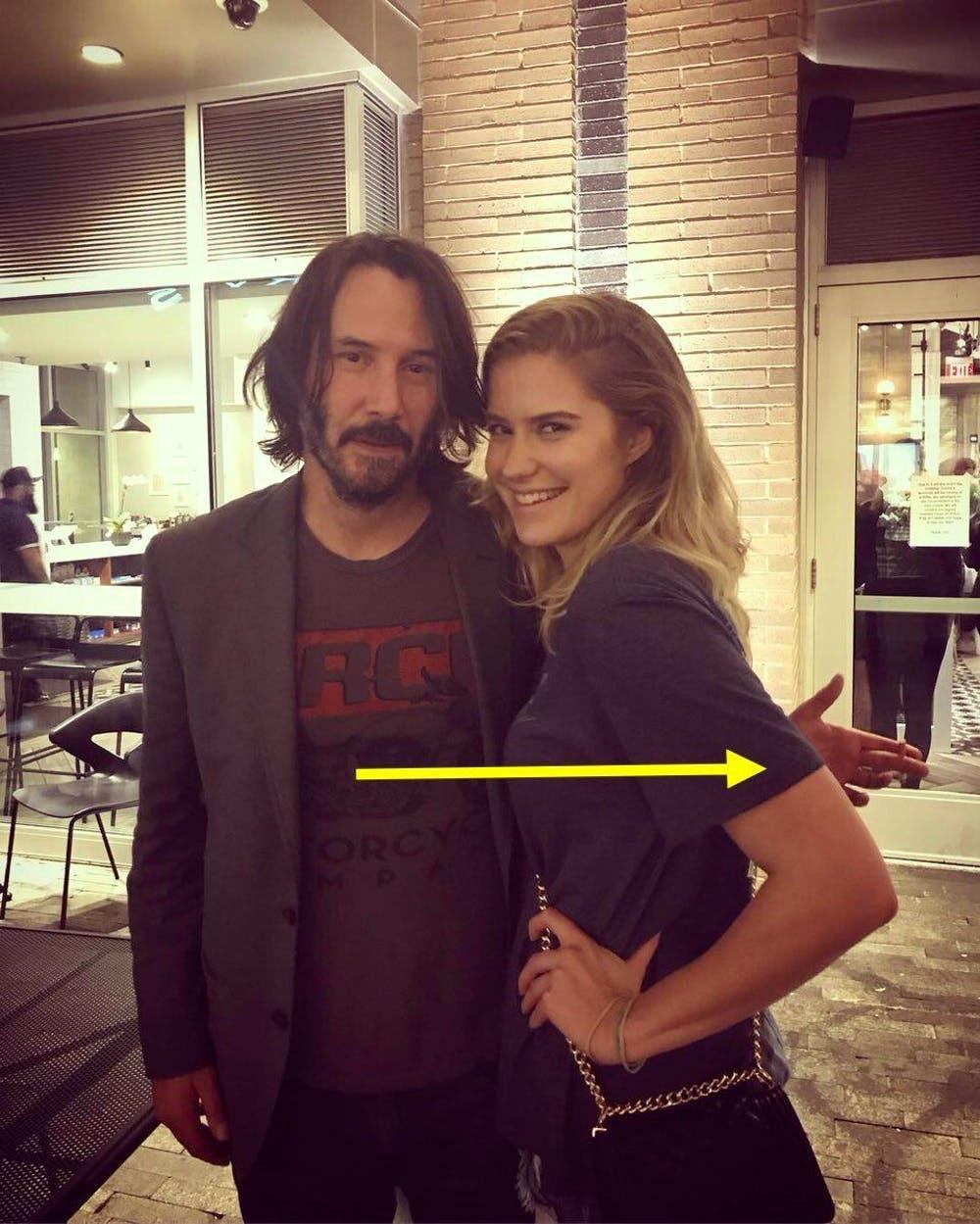 El ademán de Keanu Reeves cuando posa con una fan que se está haciendo viral