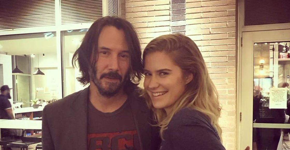 Este es el ademán de Keanu Reeves cuando posa con una fan