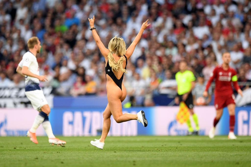 Jugadores del Liverpool buscaron a la espontánea de la final de la Champions League