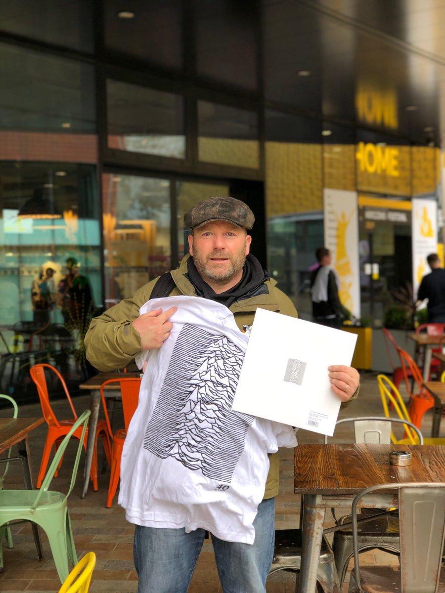 Manchester celebró 40 años del 'Unknown Pleasures' con proyecciones del disco en edificios