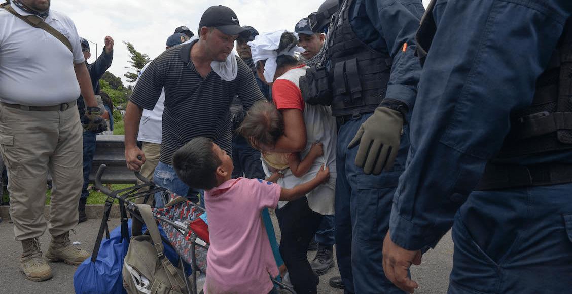 Elementos de la policia Federal y agentes migratorios detuvieron a la fuerza a la caravana que entró esta mañana al territorio mexicano. Cientos de migrantes fueron detenidos sobre la carretera internacional