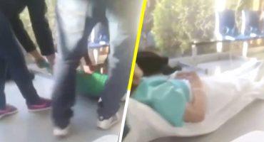 A falta de camillas, pacientes del IMSS tienen que ser arrastrados por el piso para recibir atención médica