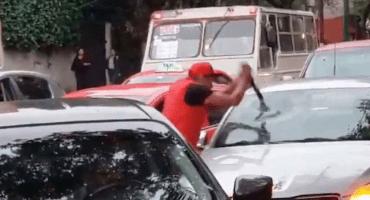 Le quitarán licencia y tarjetón al taxista que rompió el parabrisas de un auto