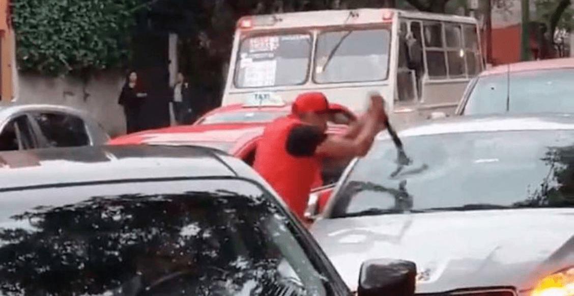 Semovi cancelará la licencia y tarjetón del taxista que rompió el parabrisas de un auto