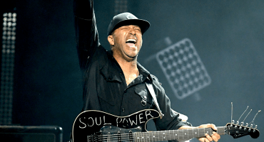 Rage Against The Machine: Tom Morello lanza el celular de un fan al aire por no hacerle caso